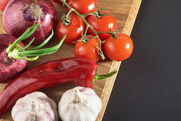 Ui en knoflook en hete pepers en tomaten.