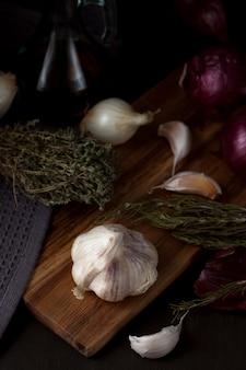 Ui en knoflook. seizoensgebonden, biologische en gezonde voeding concept. traditioneel culinair