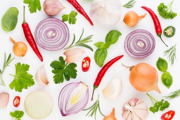 Ui en kruiden geïsoleerd op wit, bovenaanzicht. wallpaper abstracte compositie van groenten.