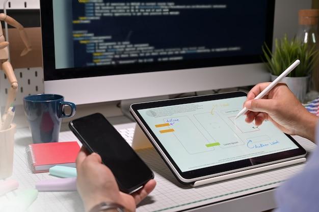 Ui ux-ontwerper met tablet die mobiel project doet