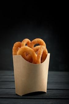 Uienringen in kartonnen doos van een fastfoodrestaurant