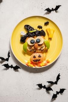 Uil pannenkoek met fruit voor kinderen ontbijt op halloween