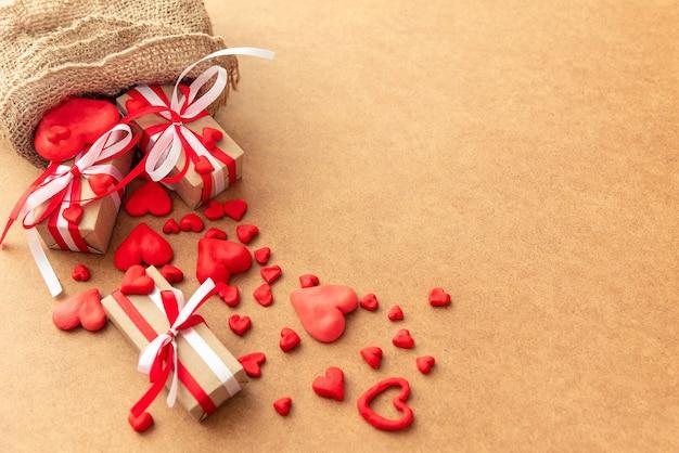 Uit een gebreide tas gemorste cadeautjes voor valentijnsdag.