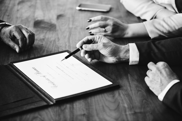 Uit elkaar gaand huwelijkspaar met echtscheidingscertificaat