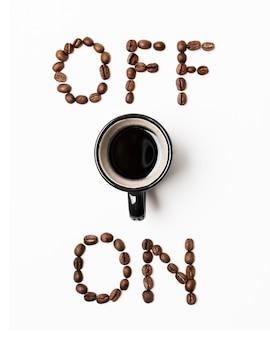 Uit en aan concept met koffiemok bovenaanzicht