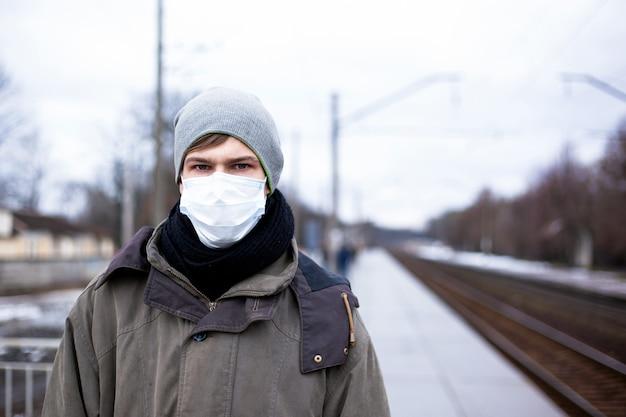 Uitbraak van dodelijke, dodelijke luchtwegaandoeningen coronavirus in rusland, oekraïne. concept: chinees virus ncov -2019. man, een man in een medisch masker op het platform.
