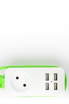 Uitbreiding usb-stekkerdoos groen netsnoer voor het opladen van gadgets en elektronische apparaten.