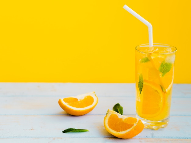 Uitbundig bedauwd glas sinaasappelsap met munt