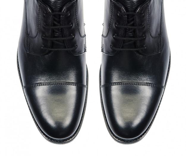 Uiteinde van mannelijke schoenen die op wit worden geïsoleerd