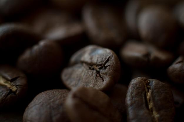 Uiterst close-up achtergrond geroosterde koffiebonen, goedemorgenconcept