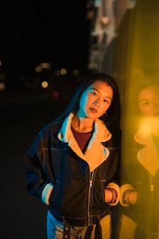 Uitgaand concept met meisje bij nacht
