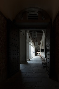 Uitgang naar de binnenplaats in het alcazar van segovia.