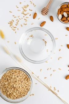 Uitgebalanceerd dieet-foodmenu voor ontbijt met gerolde haver en lege kom en amandelen