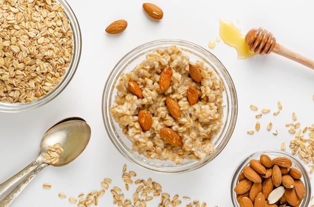 Uitgebalanceerd dieet-foodmenu voor ontbijt met havermoutpapkom met amandelen en honing