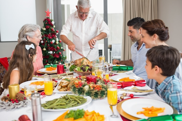 Uitgebreide familie aan eettafel voor kerstdiner
