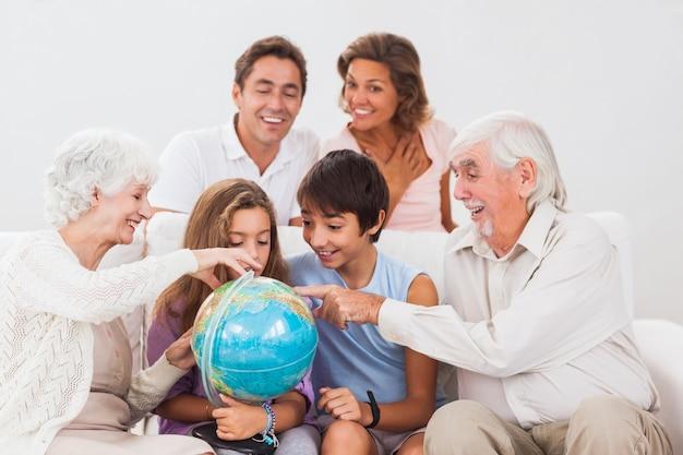 Uitgebreide familie die bol bekijkt