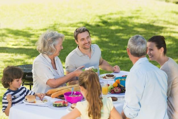 Uitgebreide familie dineren aan tafel