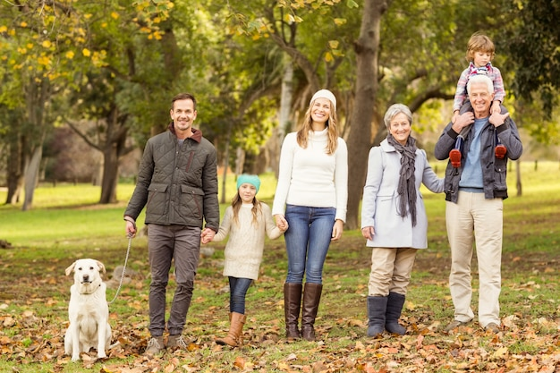Uitgebreide familie poseren met warme kleding