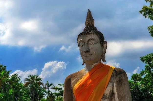 Uitgelijnde boeddhabeelden in wat yai chaimongkol ayutthaya, bangkok, thailand
