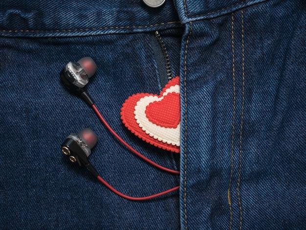 Uitgepakte vlieg die de oortelefoons en rood-wit hart steekt.