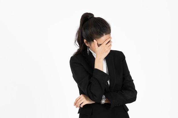Uitgeput aziatische zakenvrouw die lijdt aan een ernstige depressie