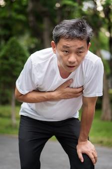 Uitgeput hijgen hartstilstand met senior man buiten park