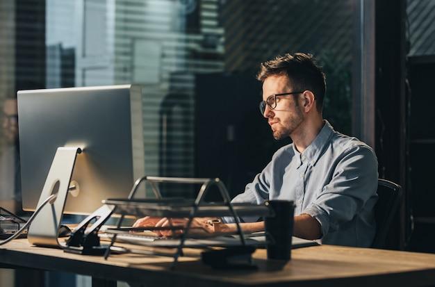 Uitgeput man overuren op kantoor