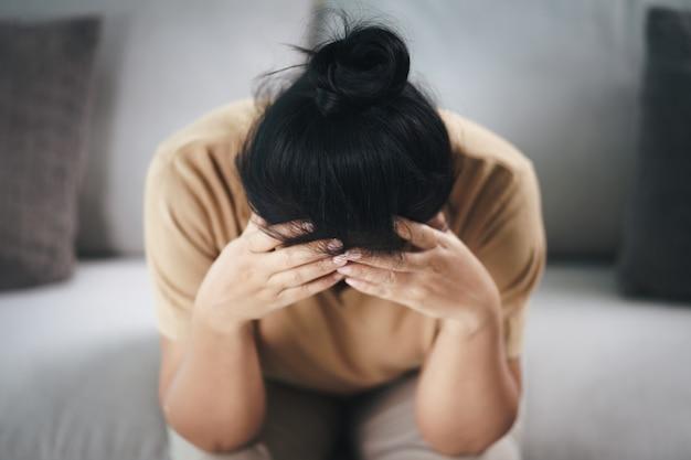 Uitgeput moe depressief benadrukt doordachte volwassen senior vrouw die lijdt aan hoofdpijn, hersenziekten, mentale problemen, alzheimer concept.