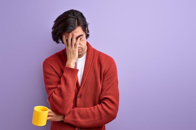 Uitgeputte man heeft wat slaap nodig voor zijn werk of universiteit