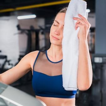 Uitgeputte vrouw in sportschool