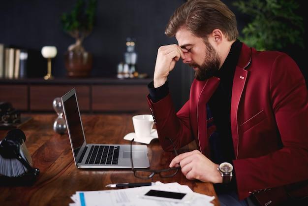 Uitgeputte zakenman op zijn kantoor