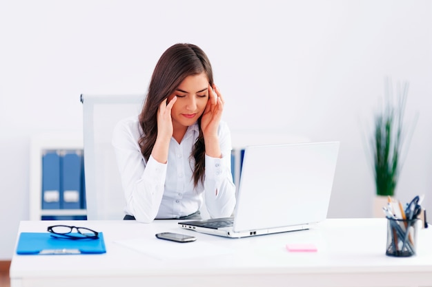 Uitgeputte zakenvrouw