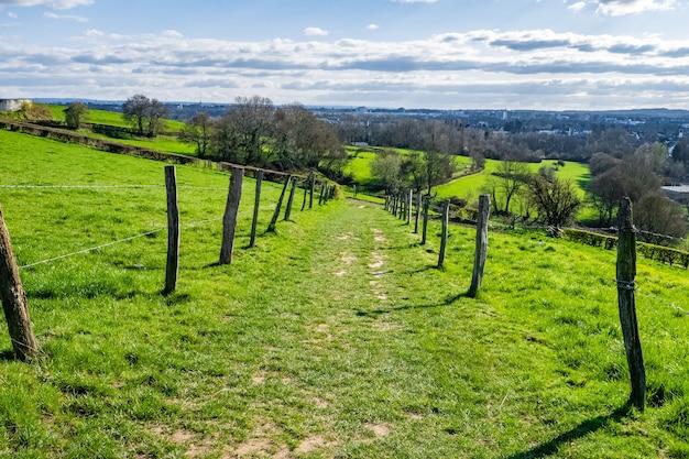 Uitgestrekte groene vallei met overdag een blauwe lucht