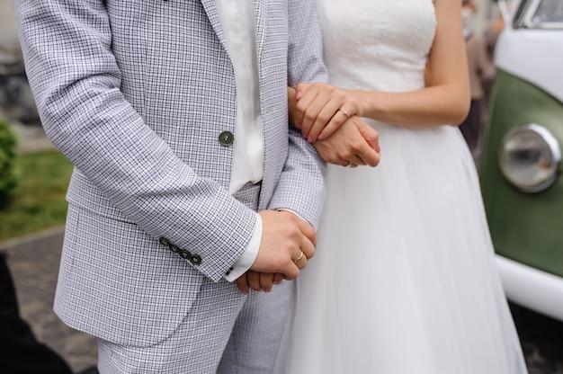 Uitgestrekte handen van de bruid en bruidegom ....