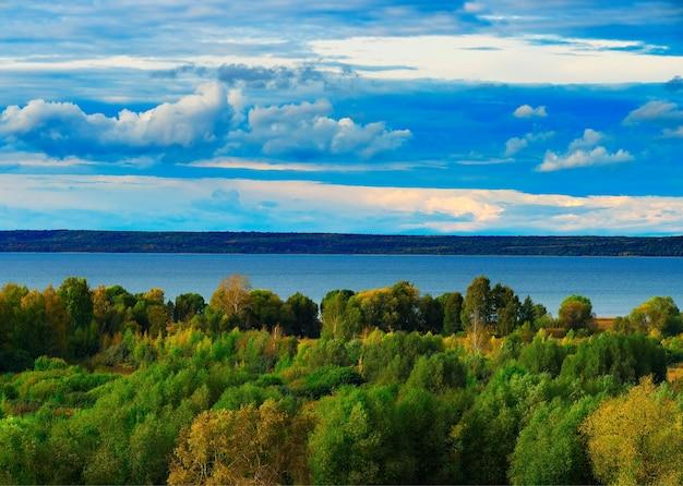 Uitgestrekte rivier omgeven door bossen landschap achtergrond