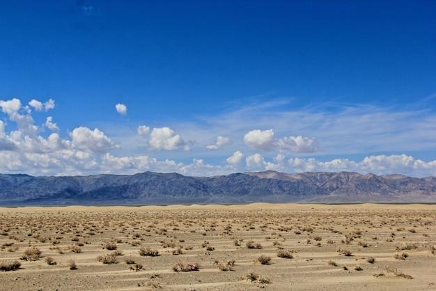 Uitgestrekte vallei met bergenheuvel en de hemel