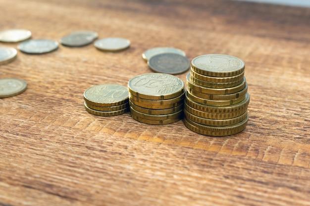 Uitgezet munten groeien, verhogen, veranderen stapel stapel hoop