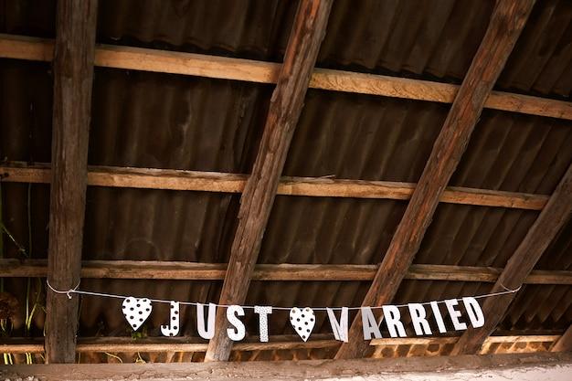 Uithangbord net getrouwd onder het dak van de zolder. bruiloft. bruiloft in vintage stijl.