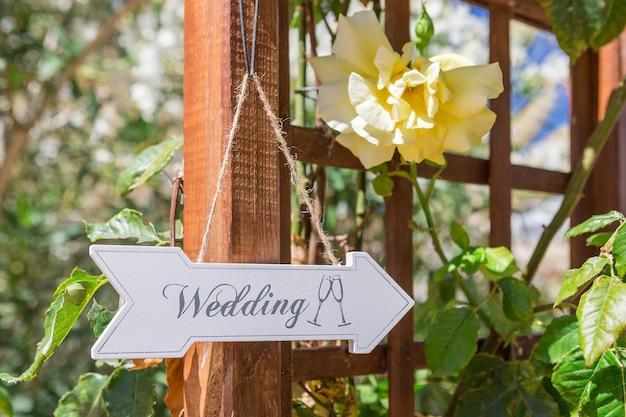 Uithangbord routebeschrijving naar de bruiloft. symbool teken.