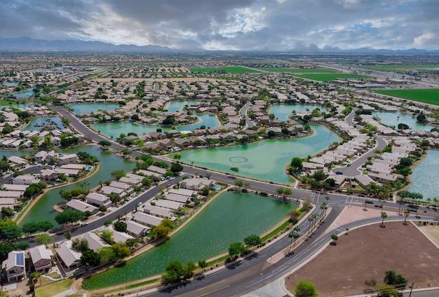 Uitkijkend over de woestijn van de vele kleine vijvers in de buurt van avondale, een klein stadje met ruige bergen in de buurt van de hoofdstad phoenix, arizona, vs.