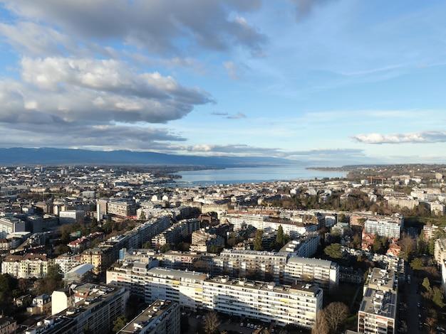 Uitkijkend uitzicht op stadsgebouwen in genève, zwitserland met een bewolkte blauwe hemel