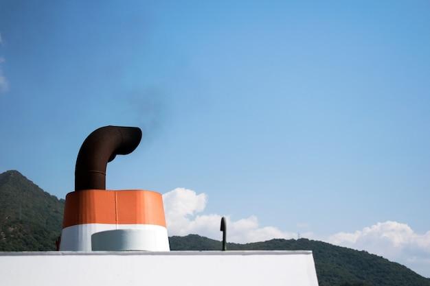 Uitlaatgassen uit het schip