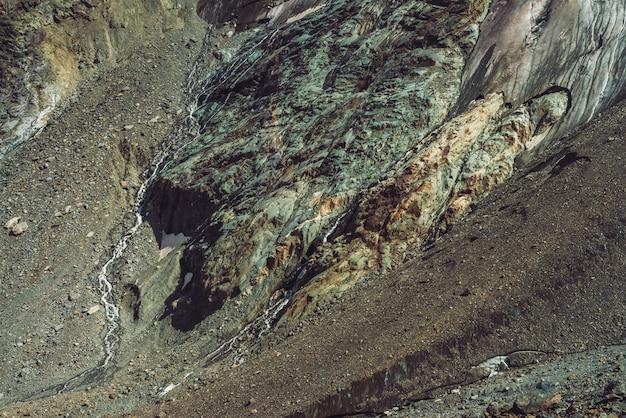 Uitlopers van gigantische gletsjer. verbazingwekkende rotsachtige reliëf met sneeuw en ijs.