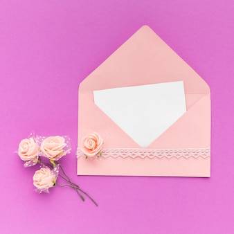 Uitnodiging bruiloft met bloemen