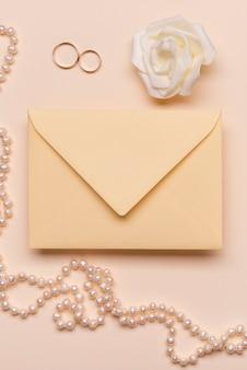 Uitnodiging bruiloft met verlovingsringen