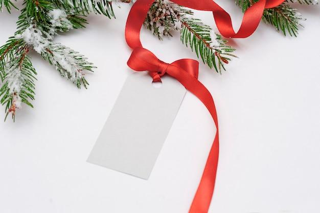 Uitnodiging kaartverkoop voor kerstmis met een rode strik