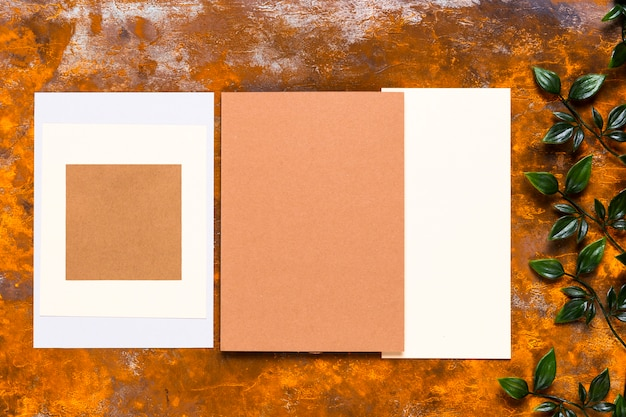 Uitnodiging ontwerp op houten tafel
