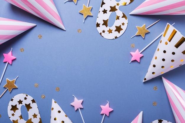 Uitnodiging voor verjaardagsfeestje met feestmutsen, maskers en kaarsen
