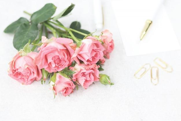 Uitnodigingskaart met boeket van roze rozen
