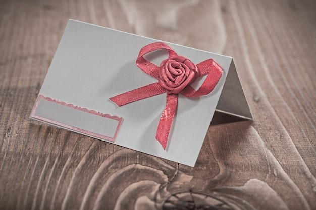Uitnodigingskaart op houten bord